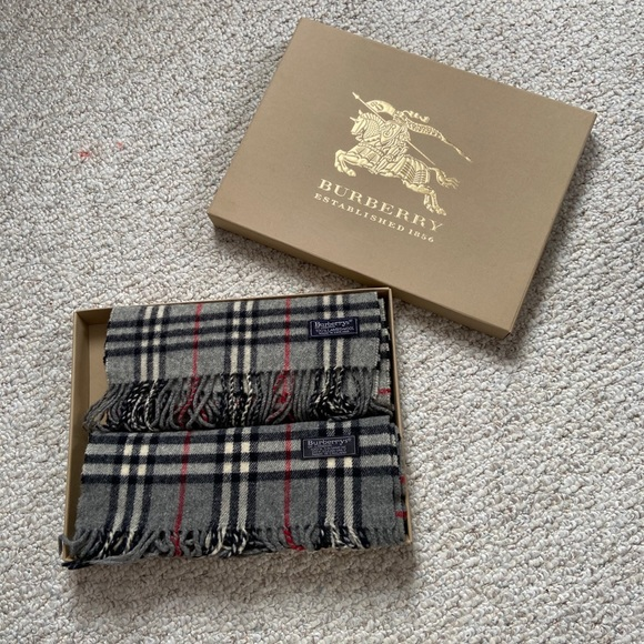 ❗️Sold❗️Set of 2 Burberry 🧣 scarves